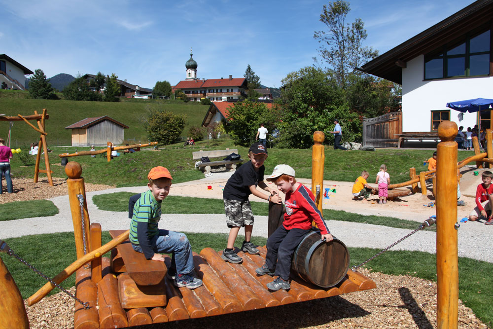 kinderspielplatz im alpenhof kr n sehr beliebt die grillabende hotel alpenhof kr n. Black Bedroom Furniture Sets. Home Design Ideas