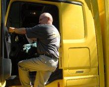 lkw-fahrer Ein Mitarbeiter steigt in eines der luftgefederten Fahrzeuge der Max M�ller Spedition.