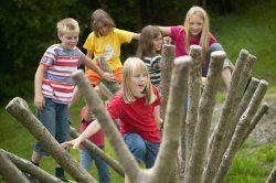 Kinder auf Spielplatz 1