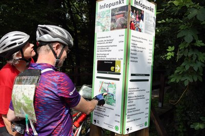 Radfahrer vor Informationstafel im Biosphrenreservat bei Oranienbaum