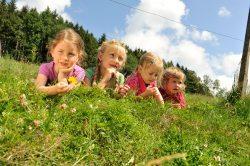 Kinder entspannen auf Wiese (© Susanne Mölle )