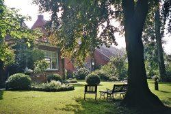 Blick aus dem historischen Bauerngarten auf die Hofgebäude