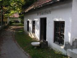 Hammerschmiede Die Schmiedegeschichte in Pfronten reicht weit zur�ck. Die Hammerschmiede im Kurpark wurde aber erst 1928 errichtet, nachdem das alte Geb�ude einem Hochwasser zum Opfer gefallen war.