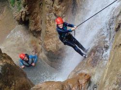 Canyoning Ausgerüstet mit Neoprenanzügen Gurten und Helmen macht man sich auf den Weg. Der Bach lockt mit zahlreichen Wasserrutschen, kleinen Gumpen und Sprungmöglichkeiten.
