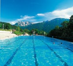 Alpenbad mit Freibad Sport und Spa� mit Aussicht - Ein Badetraum unter freiem Himmel. Das Alpenbad Pfronten liegt �ber dem Tal am Meilinger Sonnenhang. Mit vielen Attraktionen f�r gro�e und kleine Wasserratten und einem einmaligen, herrlich...
