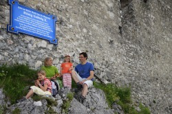 Familie auf dem Falkenstein Familienausflug auf den Falkenstein - da kommt eine Rast gerade recht. Die Ruine liegt 1268 m über dem Meer und ist damit die höchste Burgruine Deutschlands.