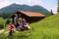 Familie an der Bärenmoosalpe Familie macht Rast nach der Wandertour zur Bärenmoosalpe über das Himmelreich und genießt die Berglandschaft.