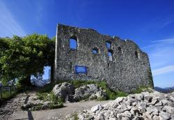 Ruine Falkenstein Strahlend blauer Himmel und einzigartiger Ausblick von der Burgruine Falkenstein.