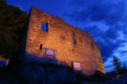 Burgruine Falkenstein bei Nacht Die Burgruine Falkenstein wird bei Nacht in ein romantisches Licht getaucht.