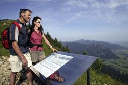 Wanderer am Geo Pfad Wanderer genie�en die herrliche Aussicht auf dem Geo Pfad von Pfronten nach Vils �ber den Breitenberg.