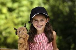 Kind mit Handpuppe Kinder können in Pfronten ihre Fantasiewelt eintauchen und nach Herzenslust spielen.