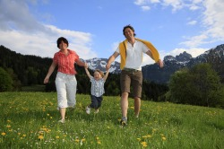 """Familie mit Kind """"Engele, Engele flieg..."""" - auch die Kleinen finden neuen Schwung bei einer Wanderung durch saftige Bergwiesen in Pfronten."""