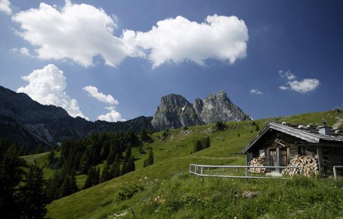 Urige Alph�tte mit traumhaftem Blick auf den Gipfel des Aggensteins.