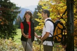 Herbstwandern im Pfrontener Tal Kurze Rast beim Nordic Walking inmitten von herbstlich gef�rbten B�umen mit herrlichem Ausblick auf das Bergpanorama.