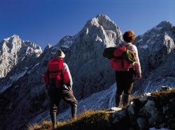 Wanderer in den Allgäu Alpen Die beiden Wanderer betrachten sich staunend die faszinierende Bergwelt.