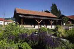 Werkstadel am Haus des Gastes Schnitzen, Filzen, Perlendrehen vor dem Brenner und viele weitere Kreativkurse werden hier angeboten. Der liebevoll angelegte Kräutergarten lädt zum Verweilen ein.