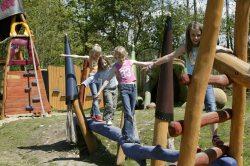 Märchenspielplatz Viele Spielger�te gibt es auf dem M�rchenspielplatz. Die Kinder vergn�gen sich am Rapunzelturm sowie bei den sieben Zwerge zum Balancieren.