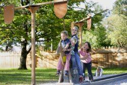 """Ritterspielplatz Pfronten-Ried Hier tauchen kleine und große Kinder mit ihren Eltern in die Welt des Mittelalters ein. Und wie für Ritter typisch, können die Kleinsten """"hoch zu Ross"""" ihre Geschicklichkeit beweisen."""