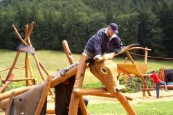"""Kuh Kuh Matz-Spielplatz Hoch über dem Tal auf der Alpfläche der """"Schloßanger Alp"""" laden hölzerne Kühe zum Spielen ein."""