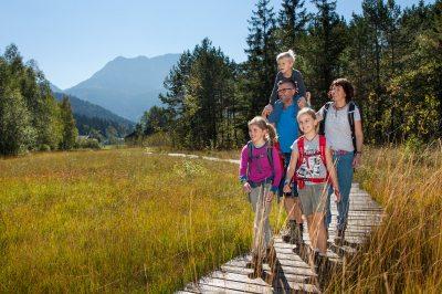 Wandern mit der Familie auf dem Moorpfad