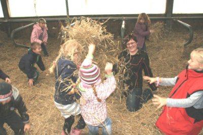 Kindergeburtstag im Strohhaufen