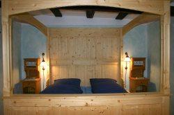 Blaues Zimmer mit Bauernbett