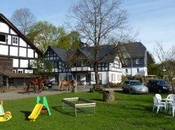 Bauernhof mit Scheune und Ferienhaus