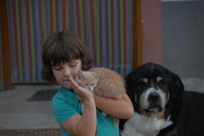 Lena mit Hofhund Peter und Katze Susi