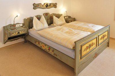 Wohnung Nr. 2 Schlafzimmer mit handbemalten Bauernmöbel