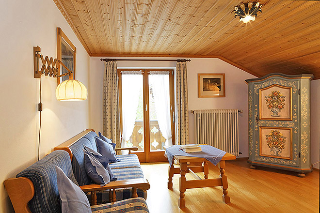 Wohnung Nr. 2 Wohnzimmer - Blick Richtung Balkon