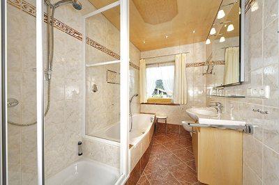 Wohnung Nr. 4 mit Badewanne / Dusche / WC