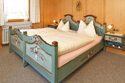 Wohnung Nr. 4 Schlafzimmer mit handbemalten Bauernmöbel