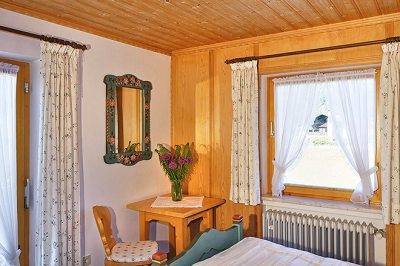 Wohnung Nr. 4 Schlafzimmer mit kleiner Sitzecke
