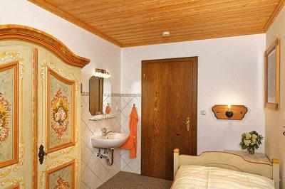 Wohnung Nr. 4 separates Schlafzimmer mit Waschgelegenheit