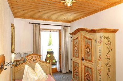 Wohnung Nr. 4 separates Schlafzimmer mit handbemalten Bauernmöbel