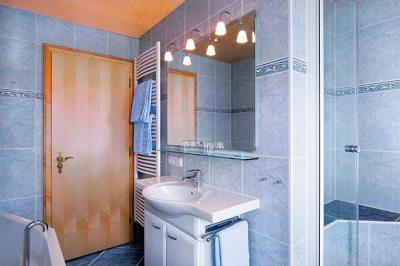 Wohnung Nr. 3 Bad mit Badewanne / Dusche / WC