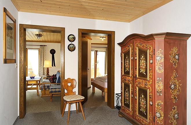Wohnung Nr. 3 Flur mit Blick zu Wohnzimmer und kleines Schlafzimmer