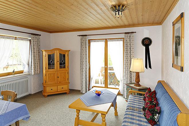 Wohnung Nr. 3 Wohnzimmer mit Blick Richtung Balkon