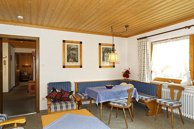 Wohnung Nr. 3 Wohnzimmer mit Blick Richtung Flur / Schlafzimmer