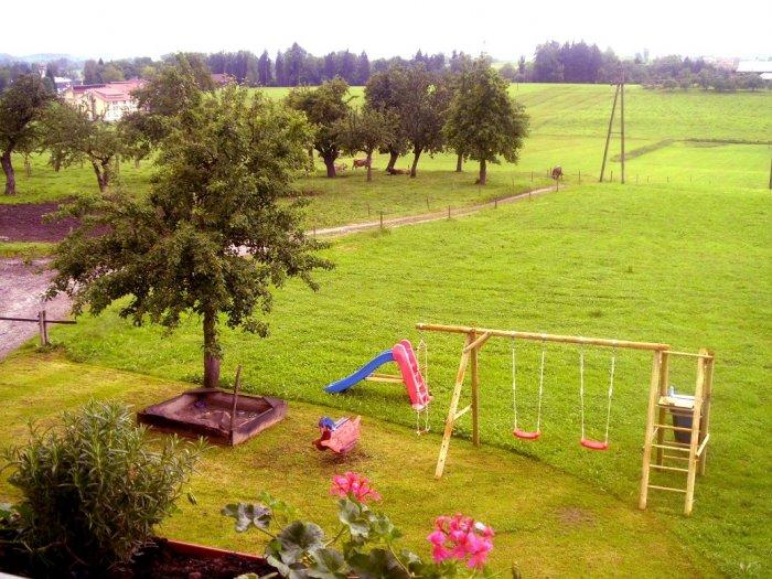 Unser Spielplatz mit viel Platz zum Spielen und Toben