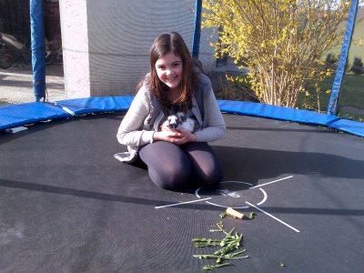 Das Trampolin ist nicht nur zum Hüpfen da, auch als kleiner Spielplatz mit den Häschen macht es Spaß