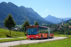 Bus Bus auf der Meilinger Stra�e , im Hintergrung die Pfarrkirche St. Nikolaus.