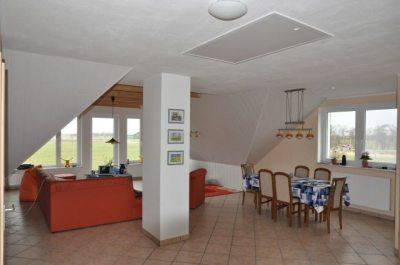 Essecke und Wohnzimmer der FeWo Koogsblick