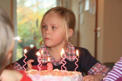 Geburtstagskind mit Torte