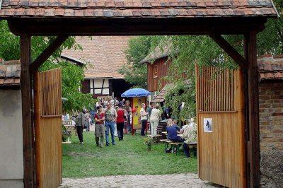 Geöffnete Tore zum Hoffest