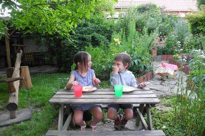 Kinder beim Picknick im Garten
