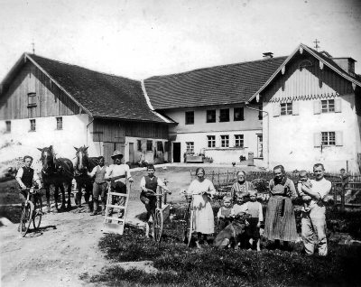 Mühlenhof 1929. Rechts Joseph Anton und Veronika Hummel mit Familie, links Knechte und Müllergesellen.