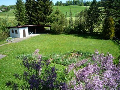 Teilansicht des Gartens mit Liegehalle